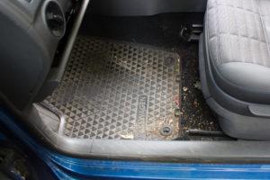 verdreckter Fußraum | VOR unserer Reinigung